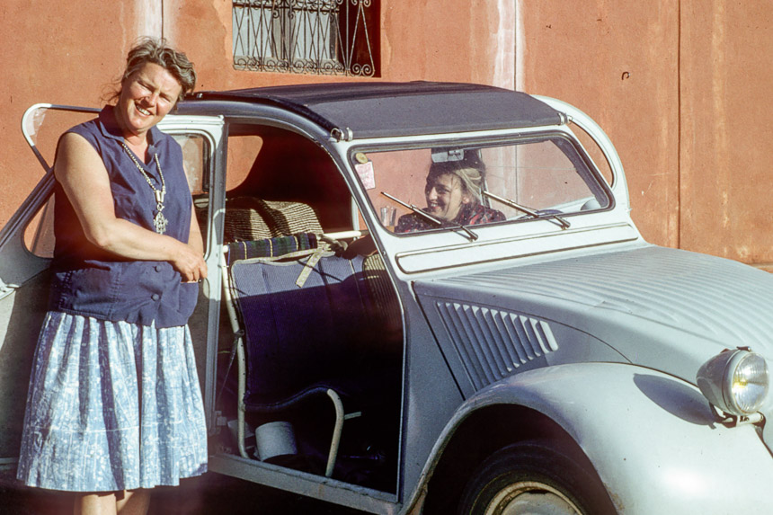 Ankie and Virginie with the 2CV